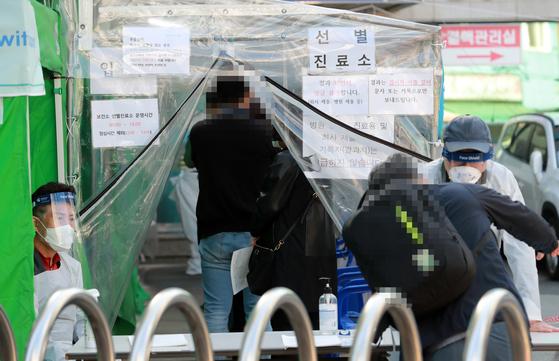 5일 오후 부산진구 보건소에서 시민들이 코로나19 검사를 받고 있다. 부산 유흥업소발 연쇄감염자가 계속해서 늘고 있다. 연합뉴스