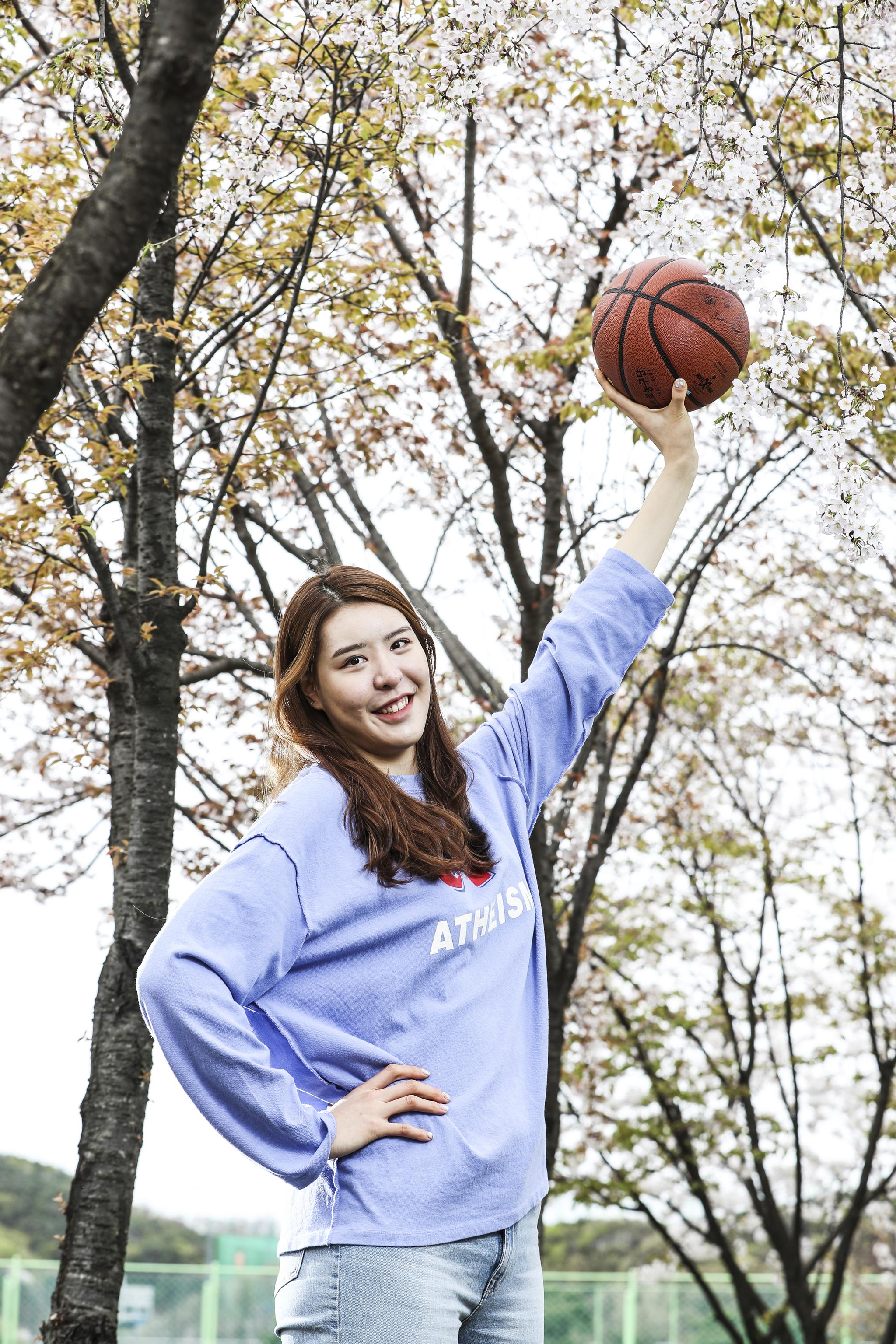 박지수는 비시즌 휴가를 반납하고 WNBA에서 뛴다. 농구를 더 잘 하고 싶어서다. 김경록 기자