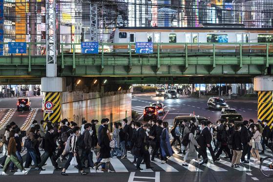 지난 2일 마스크를 쓴 시민들이 일본 도쿄 신주쿠역 인근 횡단보도를 건너고 있다. [AFP=연합뉴스]