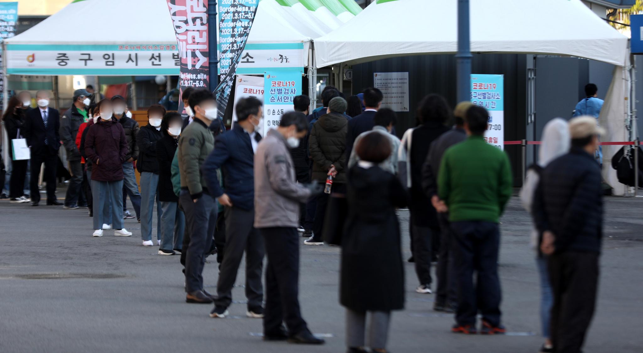 5일 서울 중구 서울역광장에 마련된 신종 코로나바이러스 감염증(코로나19) 임시선별진료소에서 시민들이 검사를 기다리고 있다.  질병관리청 중앙방역대책본부는 이날 0시 기준 코로나19 신규 확진자가 473명 발생했다고 밝혔다. 뉴스1