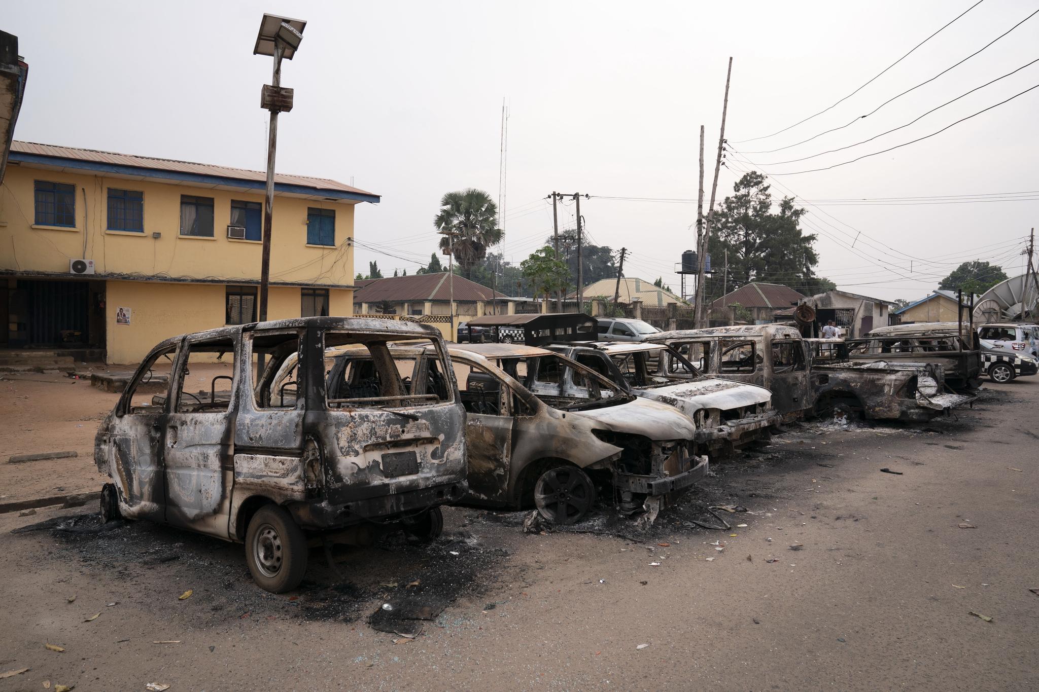아프리카 나이지리아 이모주의 오웨리에 있는 교정시설에서 수감자들이 대거 탈출하는 사태가 발생했다. 현장 경찰본부 앞에 사태 당시 불에 탄 차량들이 뼈대만 남아 있다. AP=연합뉴스