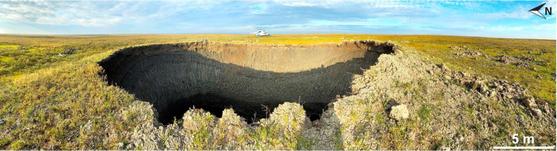 지난해 7월 북극해 러시아 야말 반도에서 발견된 지름 25m의 분화구. 영구동토층이 녹고 유기물이 분해되면서 땅속에 메탄이 쌓여 폭발하면서 생긴 것이다. [사진 러시아 과학아카데미]