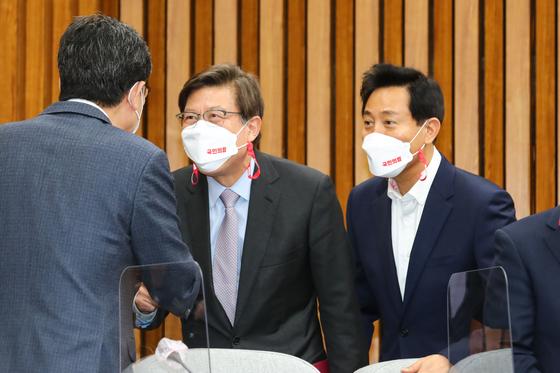 지난 3월 8일 오전 국회에서 열린 국민의힘 시-도당위원장 회의에 참석한 오세훈 서울시장 후보(오른쪽)와 박형준 부산시장 후보(왼쪽)가 위원장들과 인사하고 있다. 오종택 기자