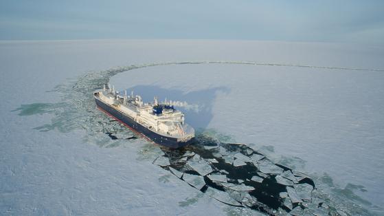 세계 최초로 건조한 쇄빙LNG선이 얼음을 깨면서 운항하고 있다. [사진 대우조선해양]