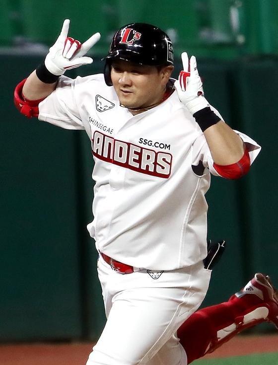 6회 결승 홈런을 친 뒤 세리머니를 하며 홈으로 달려가는 최주환 [연합뉴스]