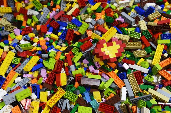 코로나19 이후 조립식 블록 장난감인 레고의 인기가 치솟았다. 희귀 상품의 중고 시장 가격도 수십 배 이상 올랐다. [신화 통신=연합뉴스]