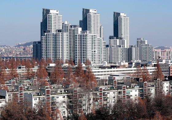 서울 서초구와 제주도가 정부의 들쭉날쭉 공시가에 이의제기를 하고 나섰다. 서초구 일대 아파트 모습. 연합뉴스