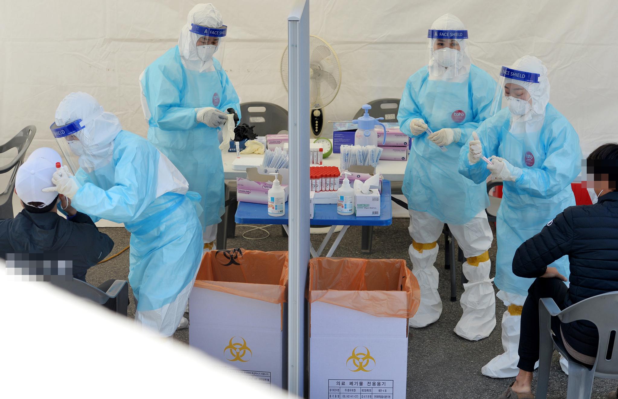 3월 31일 대전 한밭체육관 앞에 마련된 코로나19 선별진료소에서 의료진들이 시민들을 분주히 검사하고 있다. 중앙포토
