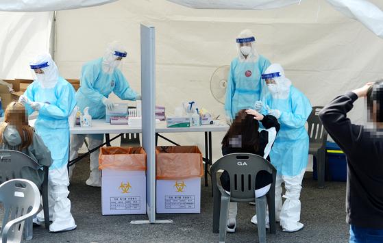 6일 대전 한밭체육관 앞에 마련된 코로나19 선별진료소에서 의료진들이 시민들을 분주히 검사하고 있다.김성태