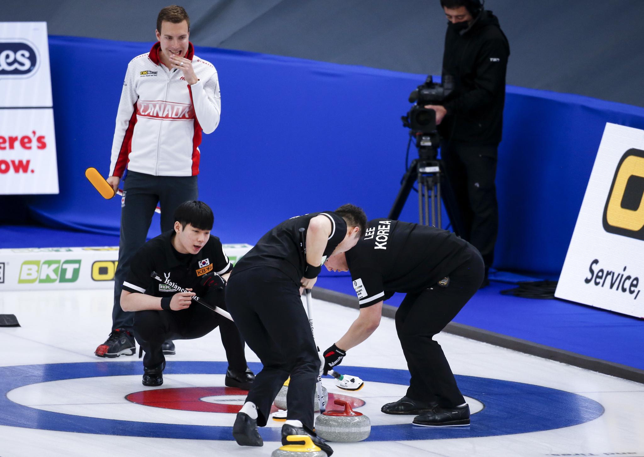한국남자컬링대표팀이 6일 세계선수권에서 캐나다를 꺾는 이변을 연출했다. [AP=연합뉴스]