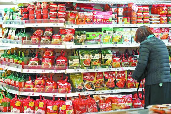 올해 1분기 농식품 수출액이 역대 최고치(약 2조2350억원)를 기록한 가운데, 특히 김치 수출이 전년 동기 대비 54.4% 증가했다. 5일 서울 시내 한 대형마트 김치 판매대. [연합뉴스]