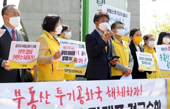 6일 정의당 여영국 대표(왼쪽 세번째)가 한국토지주택공사(LH) 전북본부 앞에서 기자회견을 연 모습. 연합뉴스