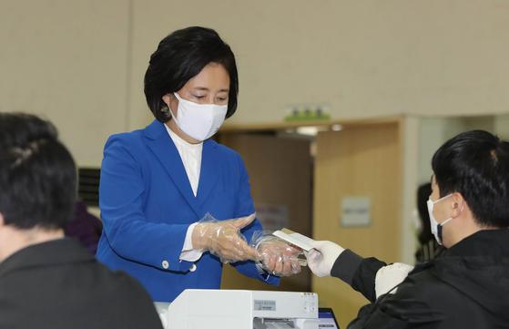 박영선 더불어민주당 서울시장 후보가 지난 2일 오전 서울 종로구청에 마련된 사전투표소에서 투표를 위해 신분확인과 투표용지를 받고 있다. 뉴스1