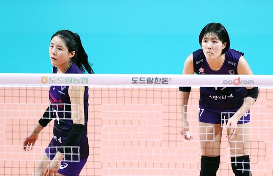 학교 폭력 의혹이 불거진 흥국생명의 쌍둥이 자매 이재영과 이다영(왼쪽) 선수가 지난해 10월 함께 경기에 출전한 사진. 연합뉴스