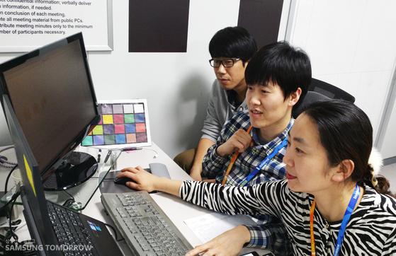 장세영 한화 부사장(사진 맨 앞)의 삼성 재직시절 모습. 사진 삼성전자 홈페이지