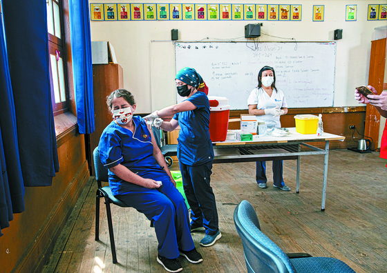 37 %의 사람들이 백신을 맞아도 하루에 5000 명이 확진을 받는다 … 칠레의 결정적인 실수