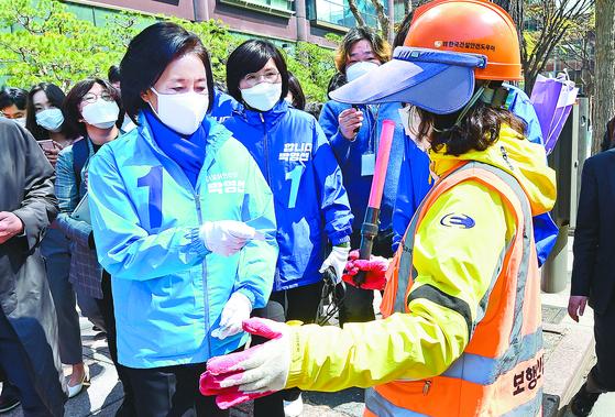 박영선 민주당 후보가 6일 서울 광화문 인근에서 공사 관계자와 인사하고 있다. [국회사진기자단]