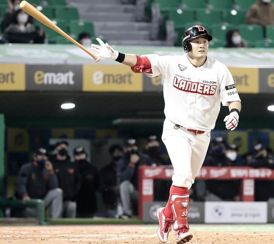 6일 인천 한화전에서 결승 솔로포를 친 SSG 최주환. 인천=정시종 기자