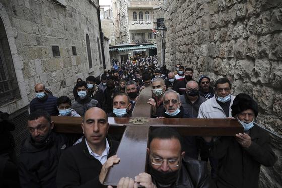 십자가를 지고 종려주일 퍼레이드를 하는 이스라엘 시민들. [AP=연합뉴스]