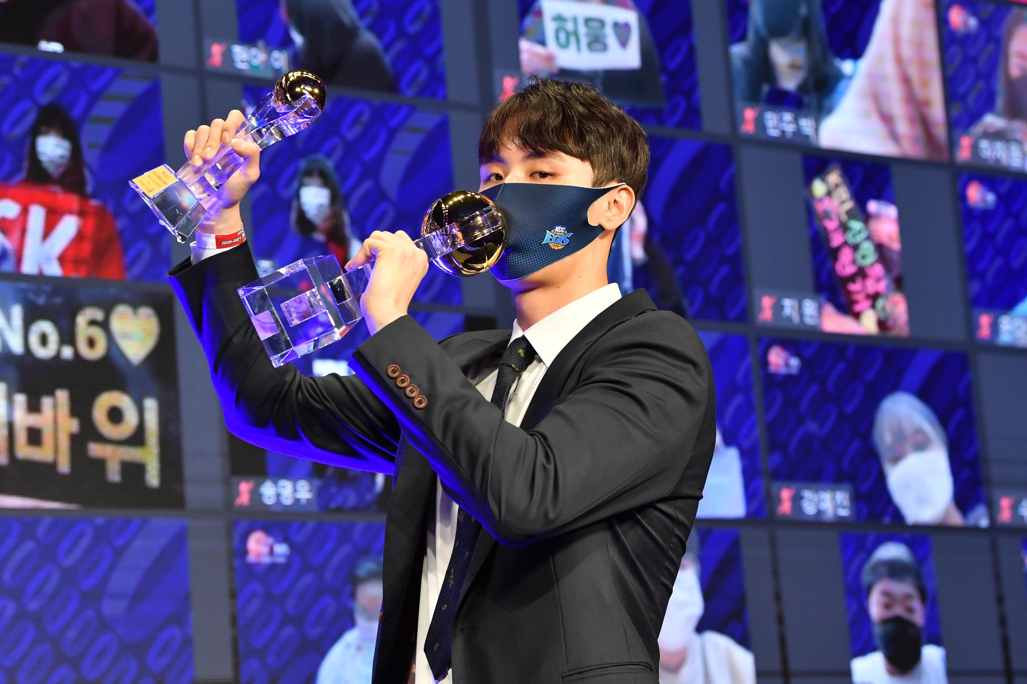 프로농구에서 고졸 최초로 MVP를 받은 송교창. [사진 KBL]