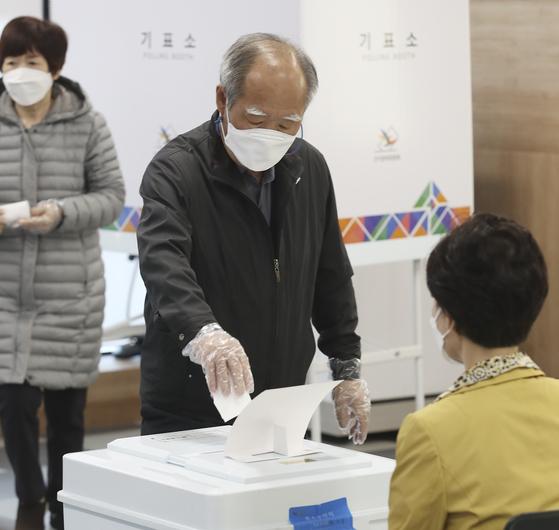 4·7 재보궐선거일인 7일 오전 울산 남구청 별관에 마련된 삼산동 제8투표소에서 유권자들이 남구청장 재선거 투표를 하고 있다. 뉴스1
