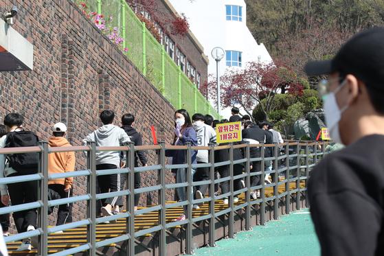 대전에서 학원을 매개로 한 신종 코로나바이러스 감염증(코로나19)이 학교, 가족 등으로 확산되고 있는 가운데 6일 오후 대전 동구에 위치한 고등학교에서 학생들이 전수조사를 받기 위해 선별진료소로 향하고 있다. 뉴스1