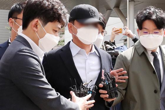'40억원대 부동산 투기 의혹'을 받는 포천시청 간부 공무원이 지난달 29일 오전 경기 의정부 의정부지방법원에서 열린 영장실질심사를 마친 뒤 법원을 나서고 있다. 뉴스1