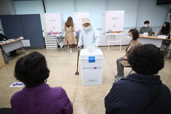 서울시장 보궐선거일인 7일 오전 삼청동 투표소에서 시민들이 투표하고 있다. 연합뉴스