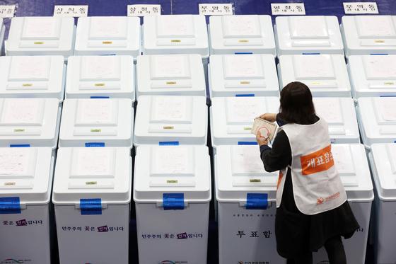 4·7재보궐선거 투표일인 7일 오후 서울 종로구 경기상업고등학교에 마련된 개표소에서 개표 참관인들이 투표함을 살펴보고 있다. 뉴스1