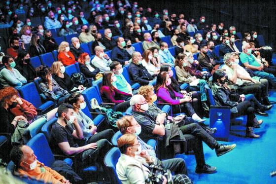 이스라엘 시민들이 4일 텔아비브에 있는 국립극장에서 연극을 관람하고 있다. [AP=연합뉴스]