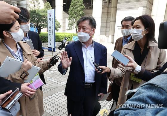 6일 남북경제협력연구소 김한신 소장이 공판을 마치고 법정을 나서며 취재진 질문에 답하고 있다. 연합뉴스