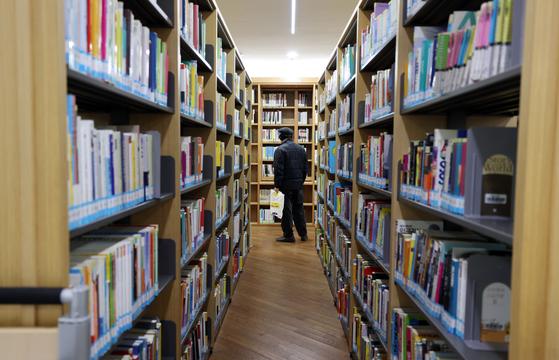 대학생은 도서관에서 1 년 동안 4 권의 책을 빌립니다… 10 년에 절반