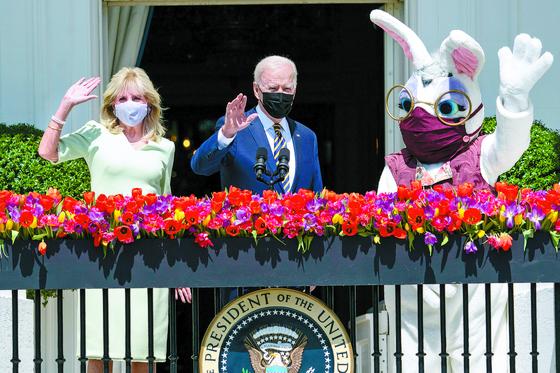 부활절 토끼와 인사하는 바이든 부부
