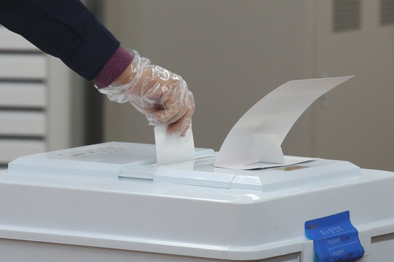 7일 오전 서울 광진구 능동로 중곡2동주민센터에 마련된 투표소에서 한 유권자가 투표를 하고 있다. 뉴스1