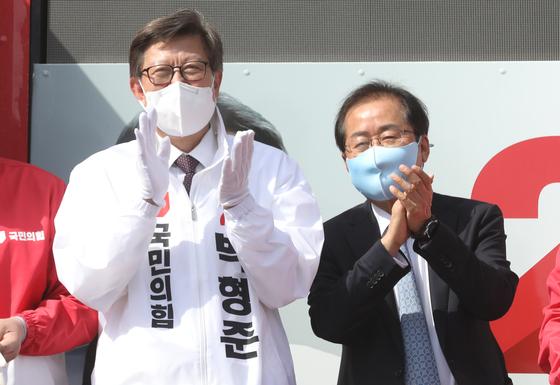 홍준표 무소속 의원이 지난 2일 부산 기장군 기장시장 앞에서 열린 박형준 국민의힘 부산시장 후보의 유세를 돕고 있다. 뉴스1