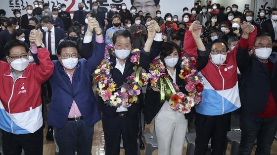 (서동욱 국민의힘 울산 남구청장 재선거 후보가 7일 오후 울산 남구 자신의 선거사무소에서 당선이 확실해지자 부인과 함께 꽃목걸이를 목에 걸고 환호하고 있다. 뉴스1