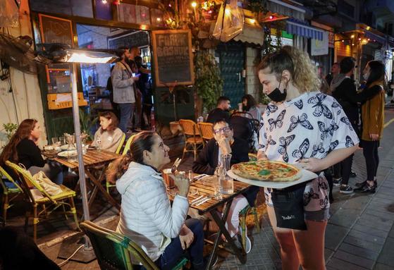 이스라엘의 식당에 사람들이 앉아 있다. [AFP=연합뉴스]