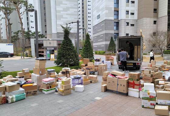 지난 2일 오후 서울 강동구의 한 아파트 단지 후문 인근에 택배 상자들이 쌓여 있다. 이 아파트에서는 이번 달 1일부터 택배 차량의 지상 출입이 금지됐다. 연합뉴스