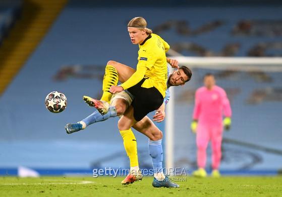 엘링 홀란드가 지난 7일 열린 UEFA챔피언스리그 8강 맨체스터시티전 루벤 디아스와 볼경합을 펼치고 있다.