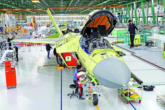 지난 2월 24일 경남 사천시 한국항공우주산업(KAI)에서 열린 '항공분야 국가정책사업 미디어데이'에서 완성 조립 단계의 한국형 차세대 전투기(KF-X) 시제기가 공개됐다. [사진 국방일보]