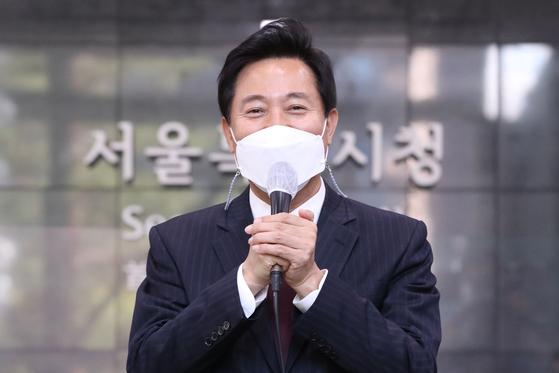 제38대 서울특별시장에 당선된 오세훈 시장이 8일 오전 서울시청으로 첫 출근 후 인사말을 하고 있다. 연합뉴스