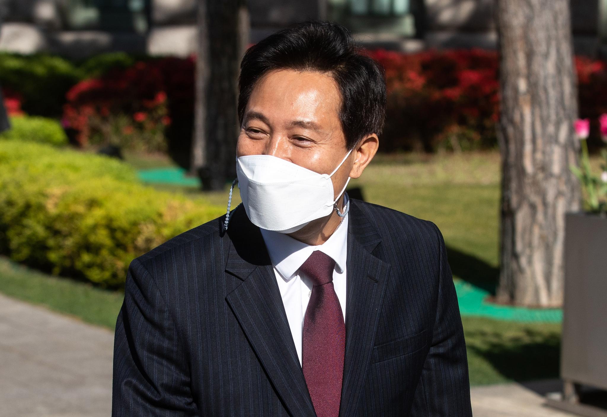 제38대 서울특별시장에 당선된 오세훈 시장이 8일 오전 서울시청으로 출근하고 있다. 연합뉴스