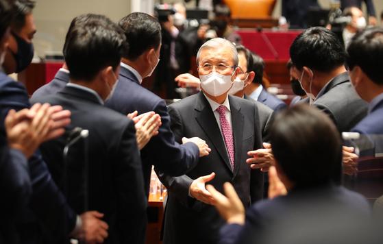 국민의힘 김종인 비상대책위원장이 8일 오전 국회에서 열린 의원총회를 마친 뒤 의원들의 박수를 받으며 퇴장하고 있다. 2021.4.8 오종택 기자