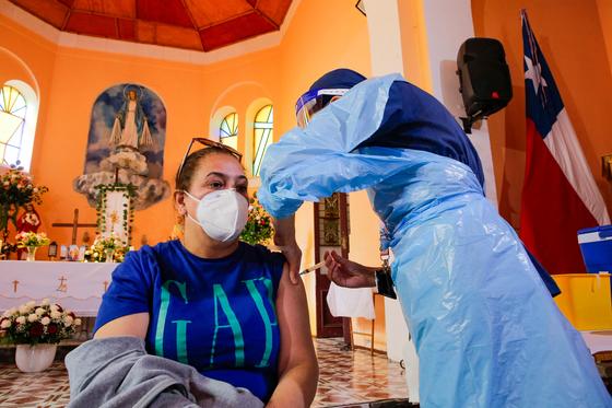 칠레 중부 발파라이소에서 지난 6일 주민이 코로나19 백신을 맞고 있다. 칠레는 접종률이 36.7%지만 하루 확진자가 지난 2일 8000명일 정도로 코로나19가 진정되지 않고 있다. [AFP=연합뉴스]
