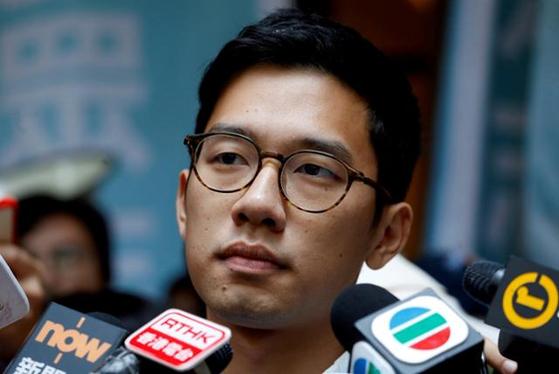 네이선 로가 2017년 10월 24일 홍콩의 최고법원인 종심법원에서 보석이 허가된 뒤 취재진과 인터뷰하는 모습. 로이터 연합뉴스