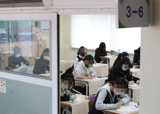 지난달 25일 오전 대전에 한 고등학교에서 고3 학생들이 전국연합학력평가를 보고 있다. 뉴스1