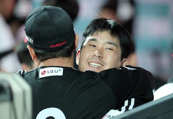 8일 수원 KT전에서 결승 만루 홈런을 기록한 유강남. IS 포토