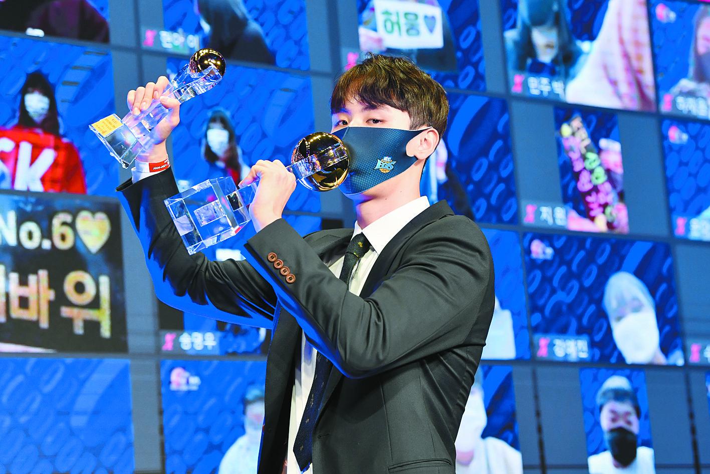 프로농구에서 고졸 최초로 MVP를 수상한 송교창. 베스트5까지 2관왕에 올랐다. [사진 KBL]