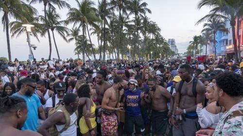 지난달 20일 미국 플로리다주 마이애미비치에 몰려든 휴양객들. [EPA=연합뉴스]