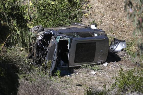 '골프 황제' 타이거 우즈가 지난 2월23일(현지시간) 캘리포니아주 LA 근처에서 운전하던 제네시스 GV80 차량이 교통사고로 길가에 전복돼 있다. AP=연합뉴스